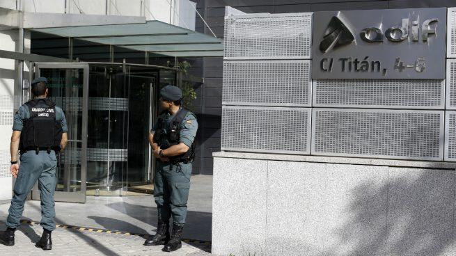 Agentes de la Guardia Civil ante la fachada sede de Adif (Foto: EFE).