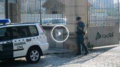 un agente de la Guardia Civil en la puerta de las oficinas de Adif.