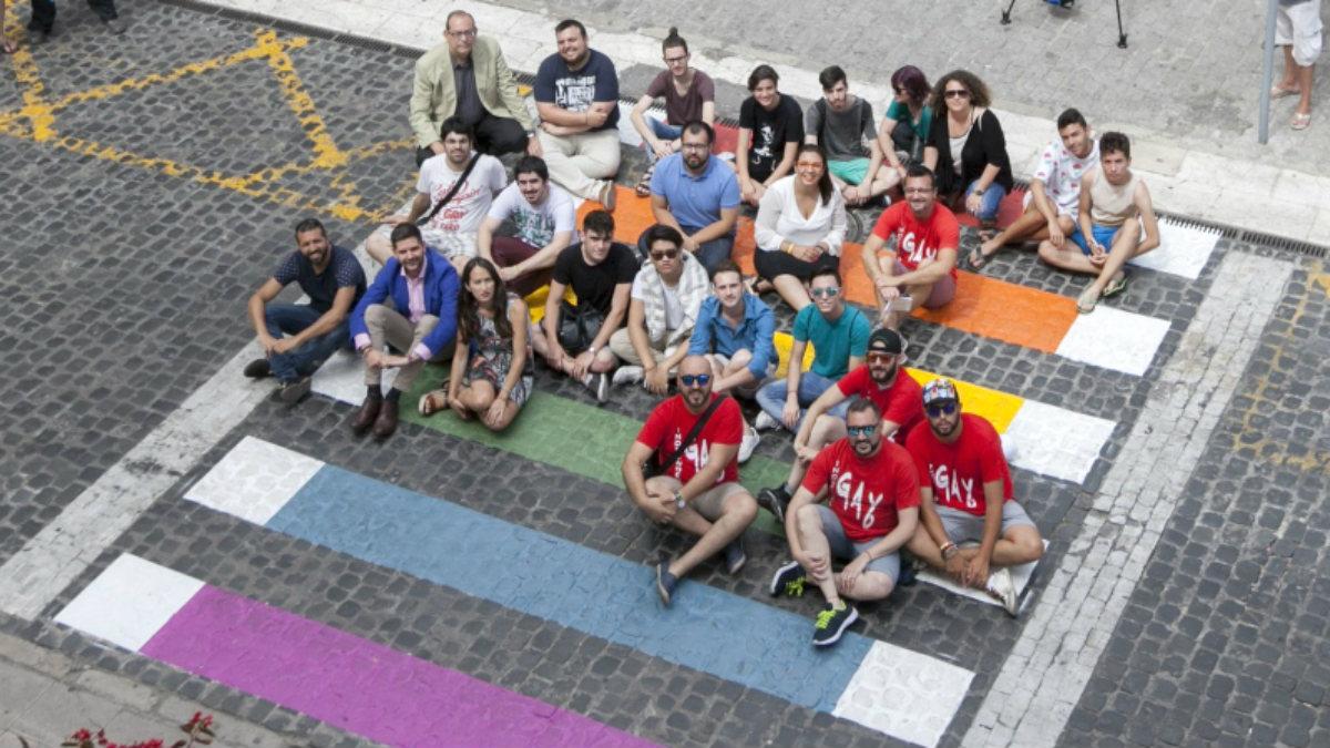 Autoridades y miembros de colectivos LGBT en la plaza Mayor de Gandía.