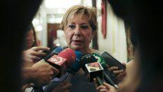 Celia Villalobos censura a quienes critican al PP y piden la dimisión de Mariano Rajoy. (Foto: EFE)