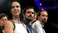 Carolina Bescansa junto a Alberto Garzón y Pablo Iglesias, en la noche de su derrota electoral (Foto: EFE)