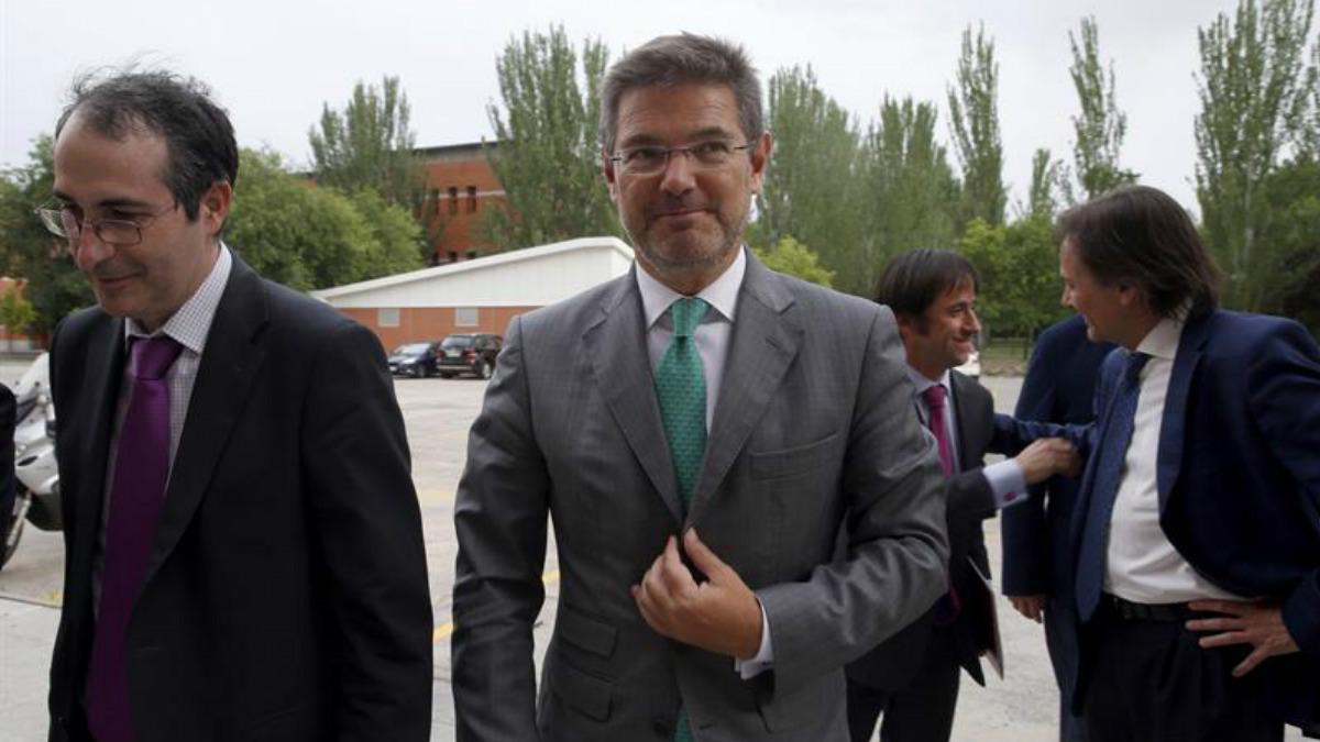 El Ministro de Justicia, Rafael Catalá (centro), junto al Rector de la Universidad Rey Juan Carlos, Fernando Suárez Bilbao (izqda), en la inauguración de los cursos de su Universidad de Verano, hoy en la facultad de Ciencias Juridicas. (Foto: EFE)