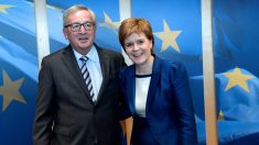 El presidente de la Comisión Europea, Jean-Claude Juncker, y la ministra principal de Gibraltar, Nicola Sturgeon. (AFP)