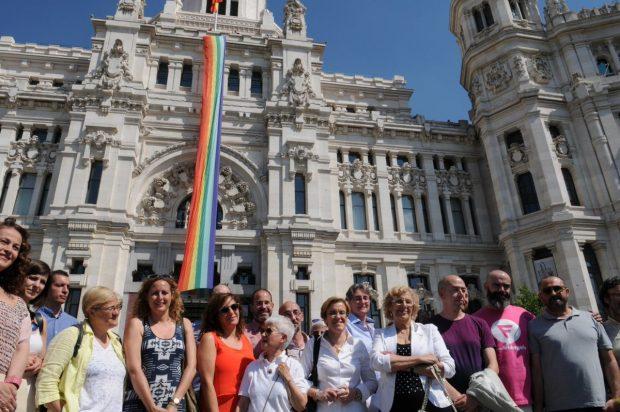 Resultado de imagen para Fotos de la bandera arcoíris ondeando en Cibeles