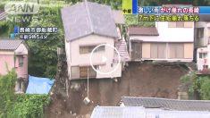Casa desplomándose por una ladera en Japón