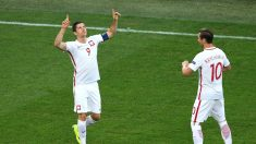 Lewandowski celebra un gol con Krychowiak. (Getty)