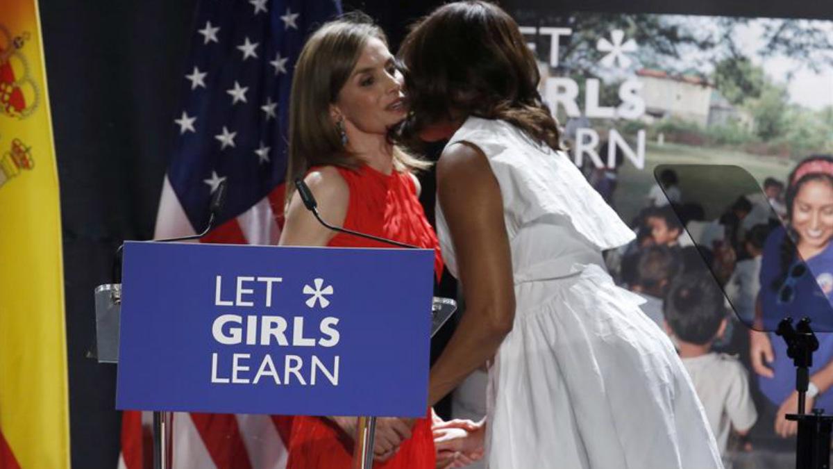 La reina Letizia Ortiz en el momento de subir al estrado y saludando a Michelle Obama. (Foto: EFE)