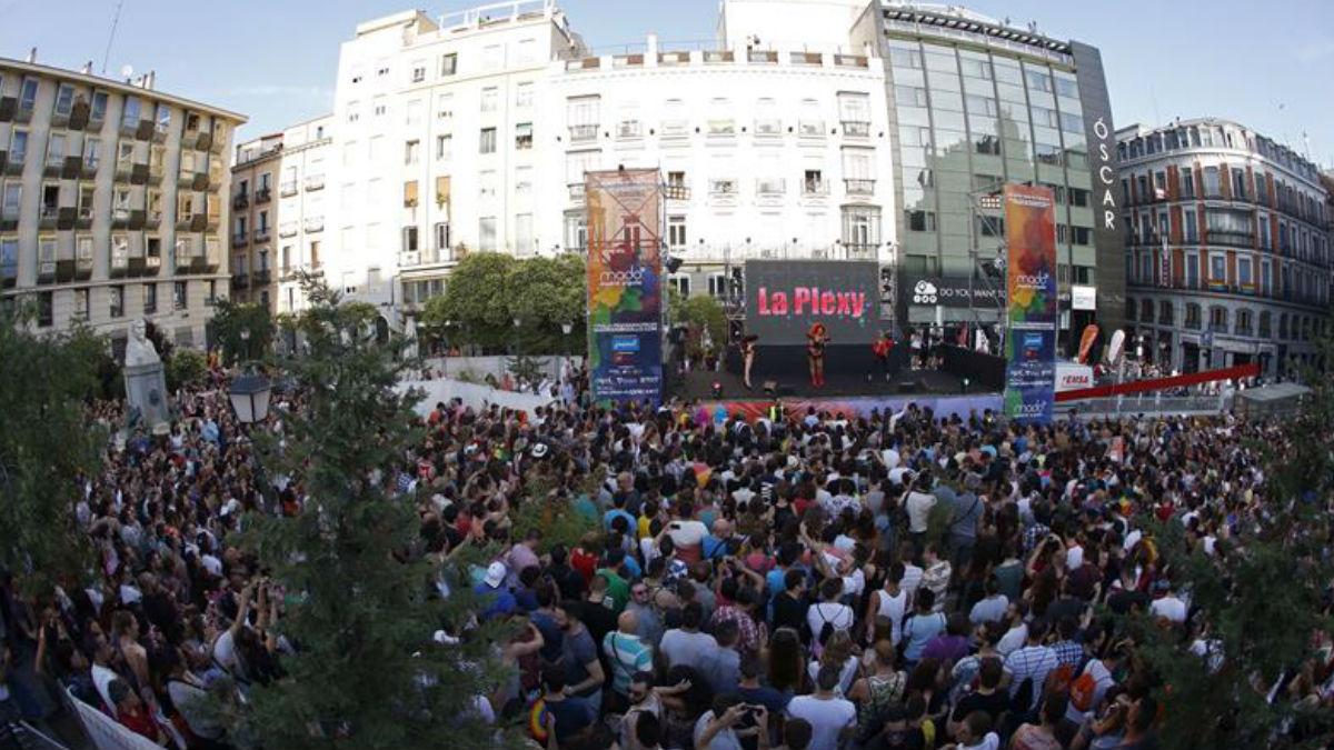 Centenares de asistentes llenaron la plaza madrileña Pedro Zerolo en el pregón del Orgullo Gay, que es el pistoletazo de salida de una semana de festejos y celebraciones. (Foto: EFE)
