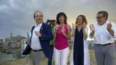 La candidata por Barcelona, Meritxell Batet (2d); el primer secretario del PSC, Miquel Iceta (i); la cabeza de lista por Lleida, Mónica Lafuente, y el alcalde de Lleida, Àngel Ros, durante el acto de final de campaña del PSC. (Foto:EFE)