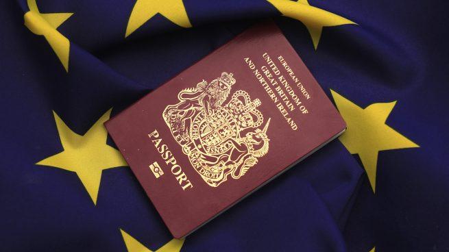 Pasaporte británico sobre una bandera de la UE