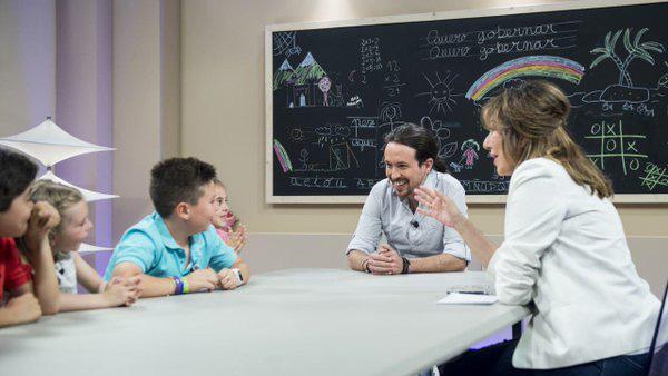 Pablo Iglesias y Ana Rosa junto a los niños que han entrevistado al líder de Podemos.