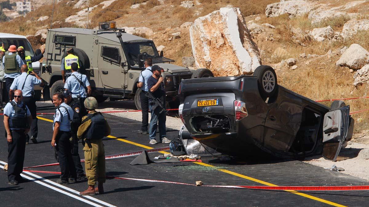 Estado en el que quedó el coche tiroteado por el terrorista palestino y que provocó un accidente. (Foto: AFP)
