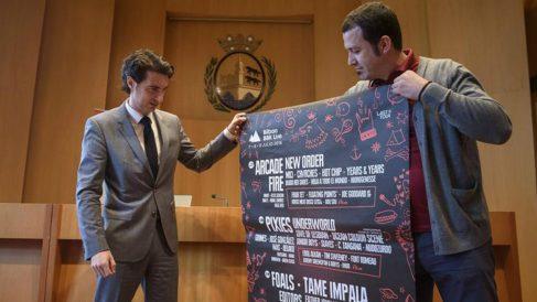 Alfonso Santiago (d), director general de LAST TOUR, y Xabier Otxandiano, concejal de Desarrollo Económico del Ayuntamiento de Bilbao, muestran el cartel del BBK Live. (Foto: EFE)