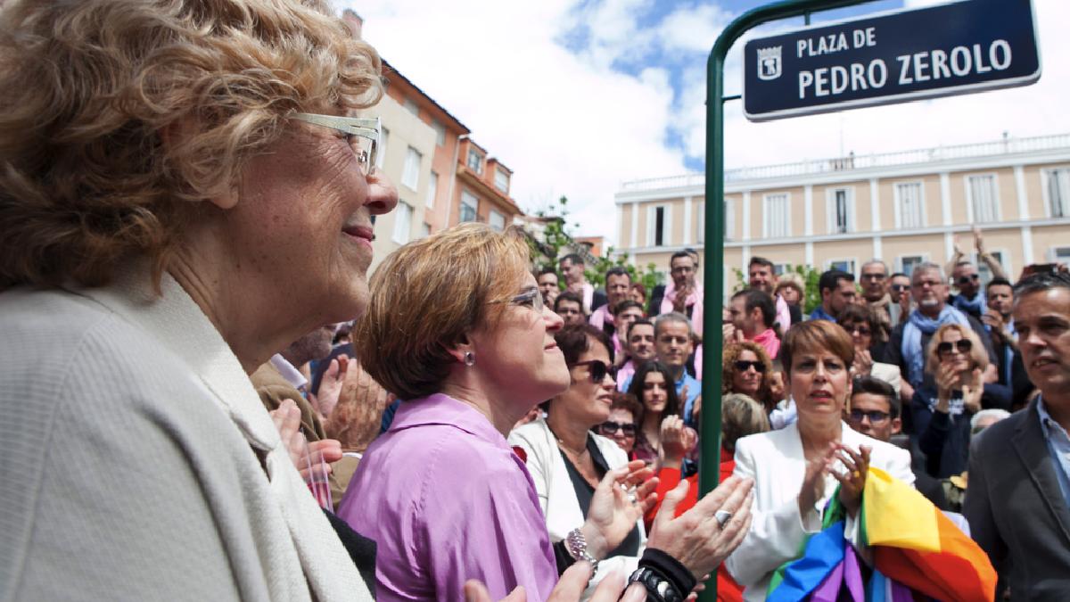 La alcaldesa Carmena con Puri Causapié (PSOE), su socia de investidura, inagurando la Plaza Pedro Zerolo. (Foto: Madrid)