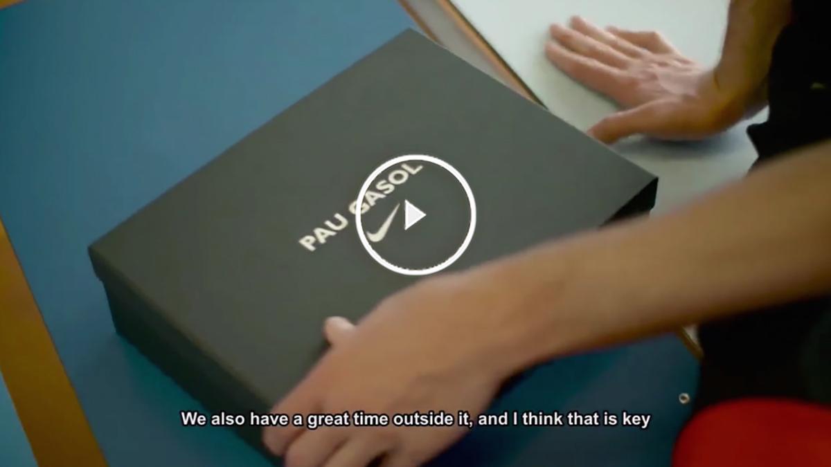 Pau Gasol abre la caja donde está la nueva camiseta de España.