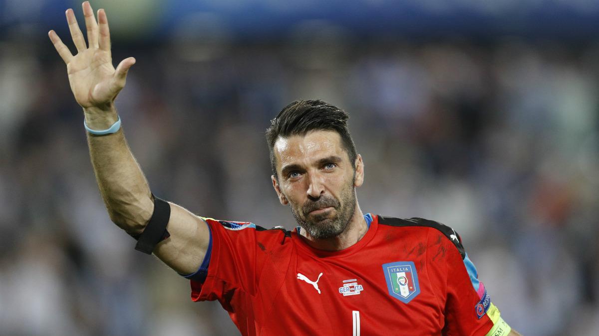 Buffon, desolado tras la eliminación de Italia. (Reuters)