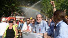 El portavoz del PSOE en la Asamblea de Madrid, Ángel Gabilondo, junto a Pablo Iglesias, en la marcha del Orgullo. (TW)