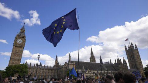 Decenas de miles de británicos ante el Parlamento de Westminster contra el Brexit. (AFP)
