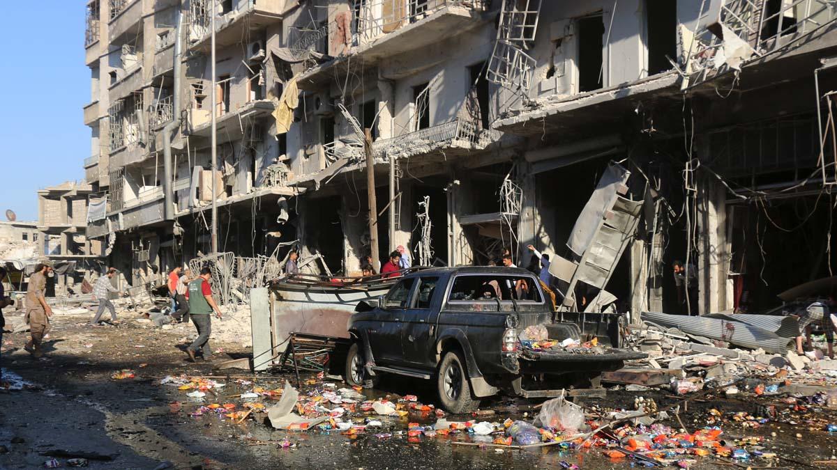 Bombardeo de las autoridades sirias sobre un mercado de Aleppo. (Foto: AFP)