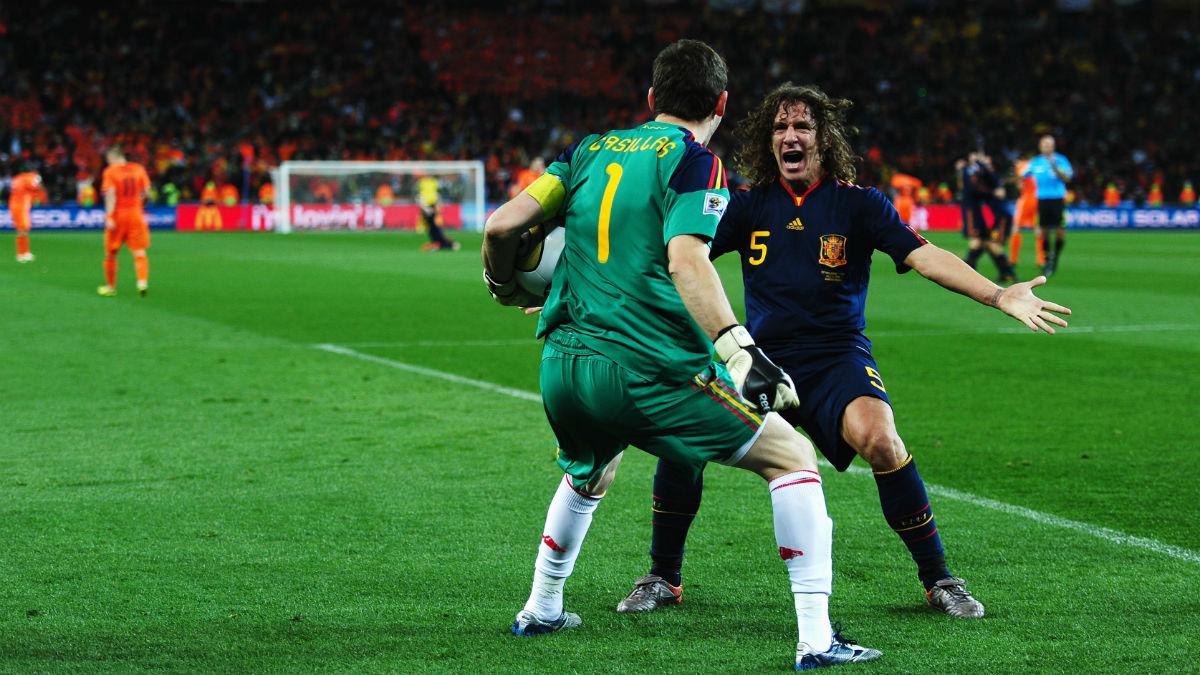 Casillas y Puyol se abrazan tras ganar el Mundial 2010. (Getty)