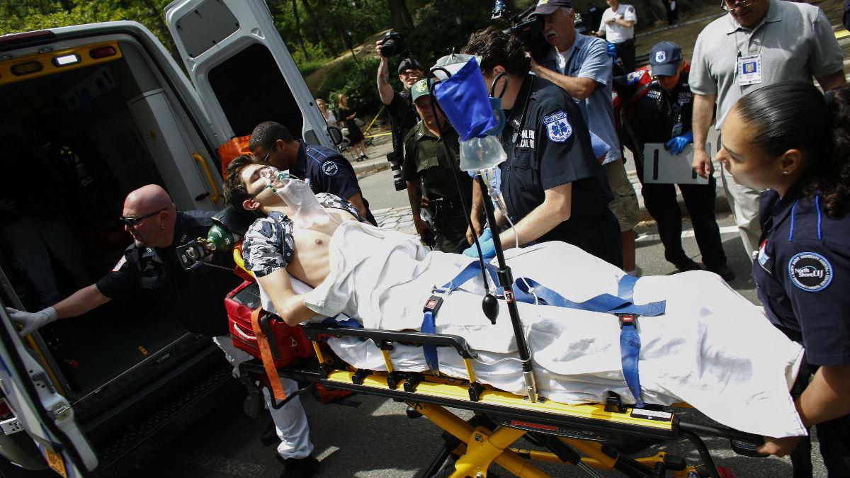 El joven herido es trasladado a un hospital momentos después de producirse la explosión que ha podido dejarle sin un pie. (Foto: AFP)