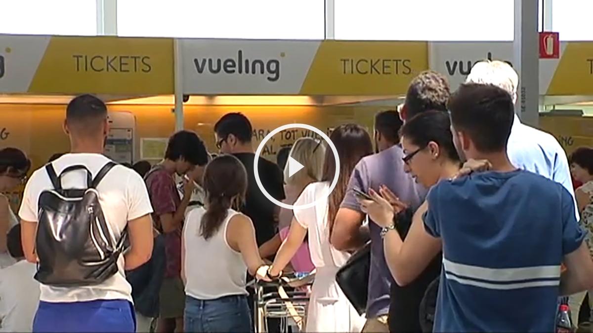 Clientes de Vueling esperando a ser atendidos