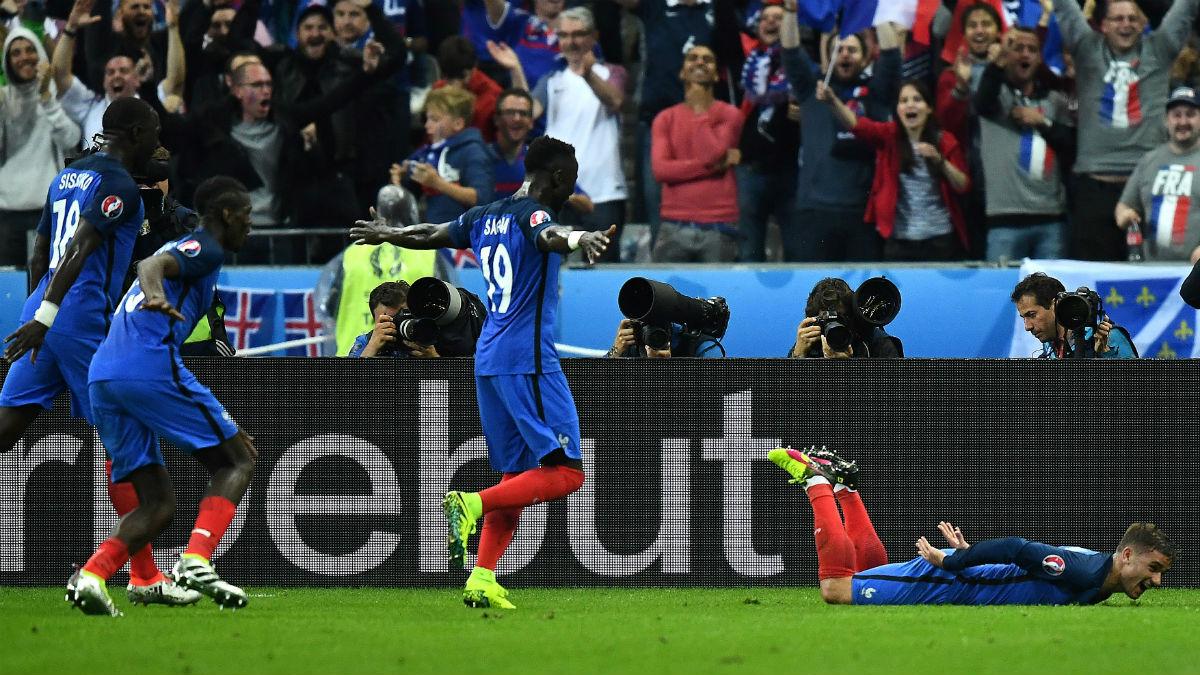 Griezmann celebra el gol que le dio el pichichi de la Eurocopa para Francia. (AFP)