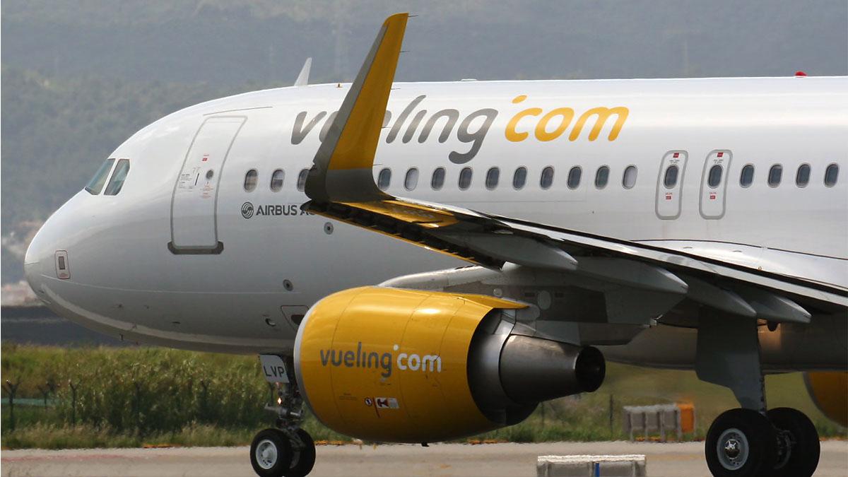 Un avión de Vueling en pista.