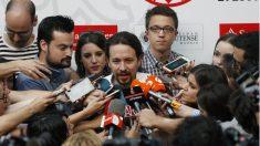 El secretario general de Podemos, Pablo Iglesias, junto al secretario Político, ïñigo Errejón (d), y la secretaria de Coordinación de Áreas, Irene Montero (i), durante las declaraciones realizadas antes de inaugurar uno de los cursos de verano de la Universidad Complutense. (Foto: EFE)