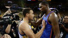 Stephen Curry saluda a Kevin Durant tras vencerle en el séptimo partido de las finales de Conferencia.  (Getty)