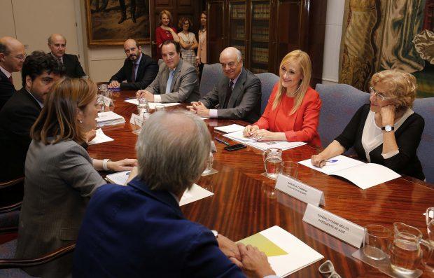 Mesa de negociación en el Ministerio de Fomento. (Foto: CAM)