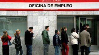 Varias personas hacen cola en una oficina de empleo de la Comunidad de Madrid. (Foto: Agencias)