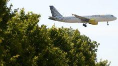 Un avión de Vueling se aproxima a la pista de aterrizaje de El Prat. (AFP)