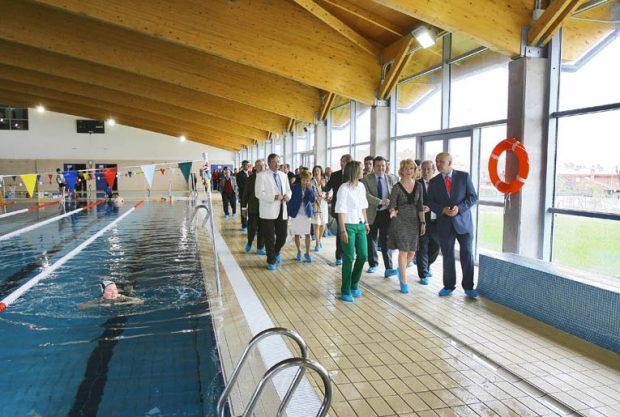 La ex presidenta autonómica visitando una piscina cubierta. (Foto: CAM)