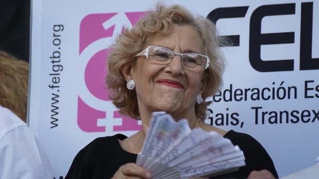 Manuela Carmena impulsa el 'Día sin bañador' en las piscinas municipales de Madrid