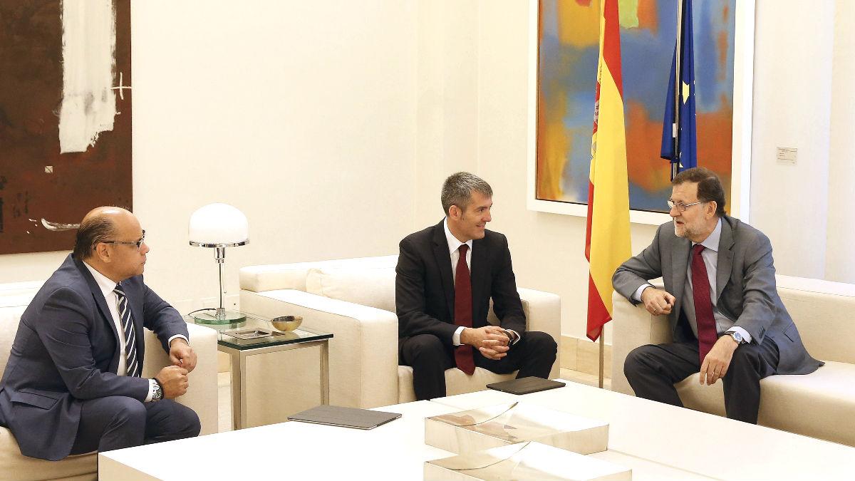 El presidente del Gobierno, Mariano Rajoy (d), conversa con el secretario general de Coalición Canaria, José Miguel Barragán (i), y el presidente de Canarias, Fernando Clavijo (c), durante la reunión que han mantenido en el Palacio de la Moncloa (Foto: Efe)