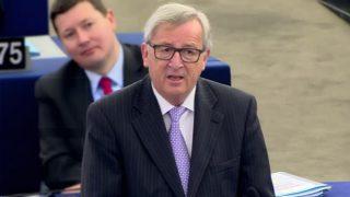 Jean-Claude Juncker, tuerce el gesto y evita nombrar a Cameron en el Parlamento Europeo.