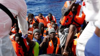 Varios migrantes son rescatados en el Mediterráneo procedentes de Libia. (Reuters)