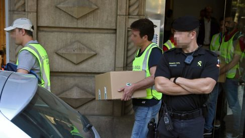 Agentes de la Guardia Civil en un registro (Foto: EFE)