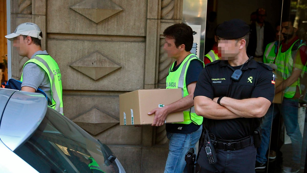 Agentes de la Guardia Civil en un registro (Foto: EFE)