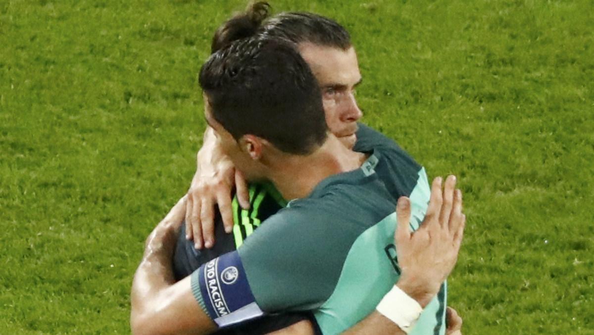 Cristiano consoló a Bale con un abrazo tras la derrota de Gales. (Reuters)