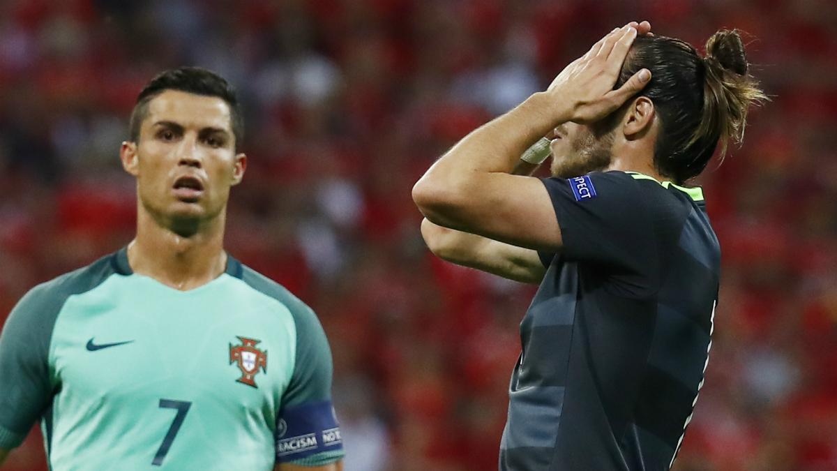 Bale se lamenta ante la mirada de Cristiano Ronaldo. (Reuters)