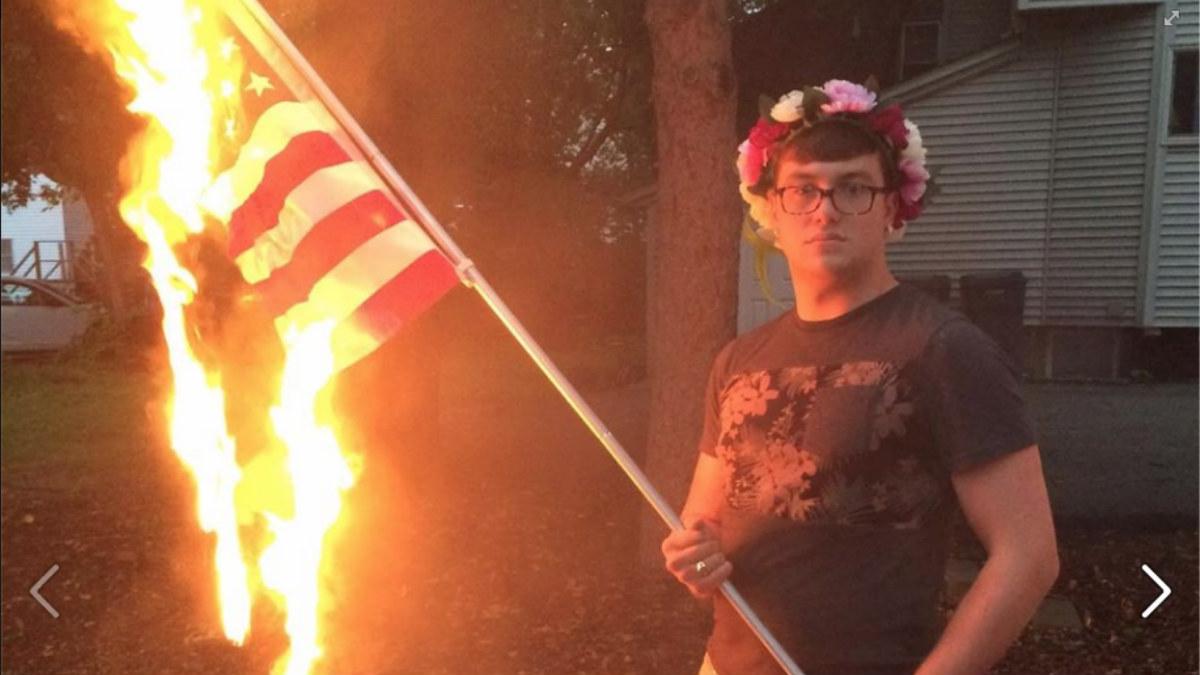 El joven Bryton Mellot en la fotografía que le ha valido la encarcelación. (Foto: FB)