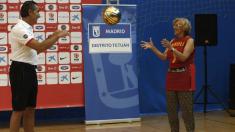 La alcaldesa Carmena con el seleccionador de baloncesto nacional. (Foto: EFE)