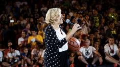La alcaldesa Carmena con una pelota de baloncesto. (Foto: Madrid)