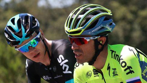 Chris Froome dialoga con Alberto Contador, el hombre que dinamitó la Vuelta a España. (AFP)