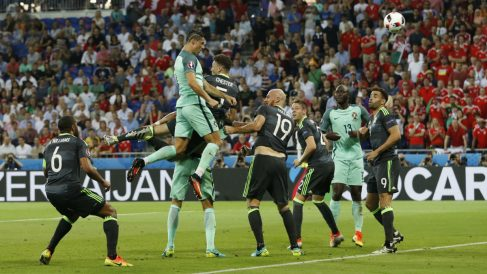 Cristiano marca el 1-0 de Portugal ante Gales. (Reuters)