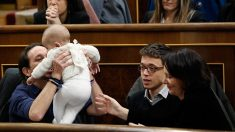 Carolina Bescansa con su hijo en el Congreso de los Diputados. (Foto: EFE)