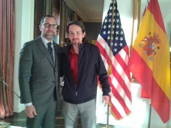 Pablo Iglesias con el embajador americano. (Foto: TW)
