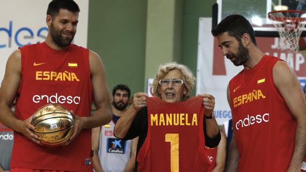 Felipe Reyes, Manuela Carmena y Juan Carlos Navarro, este miércoles en Madrid. (Foto: EFE)